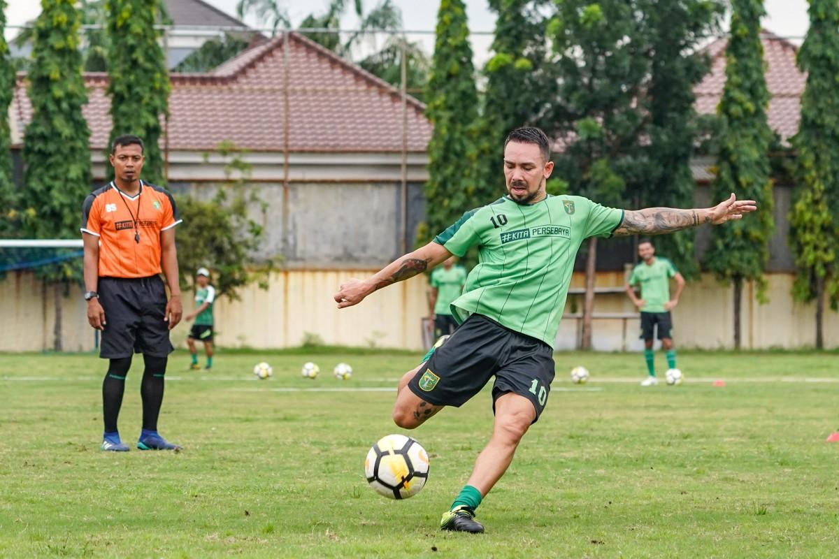 Gelandang anyar Persebaya Damian Lizio langsung menunjukkan kualitasnya dalam sesi latihan di Lapangan Polda Jatim sore tadi (21/2). Dami siap turun melawan Persidago Gorontalo, Sabtu mendatang (23/2) di Stadion Gelora Bung Tomo. (Persebaya)