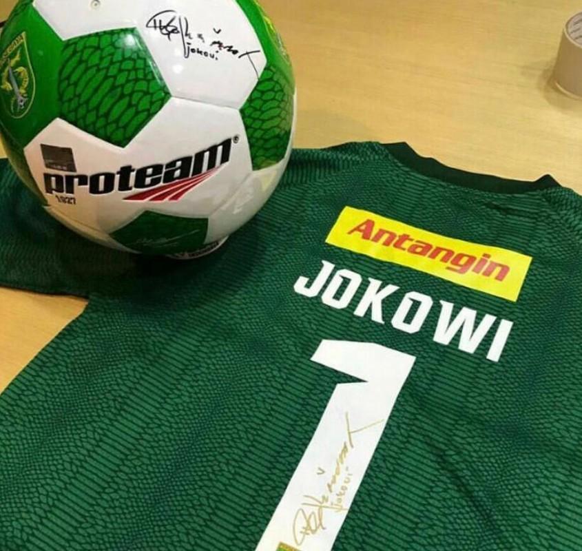Jersey dan bola sepak Persebaya yang ditandatangani Presiden Indonesia, Ir. H. Joko Widodo atau Jokowi di kantor Persebaya, tahun lalu.