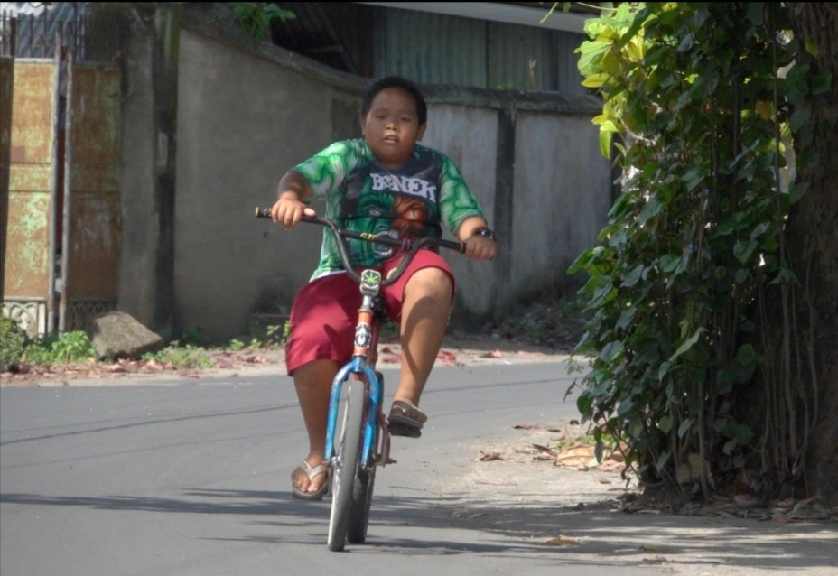 I Gede Sanjaya sedang mengayuh sepeda