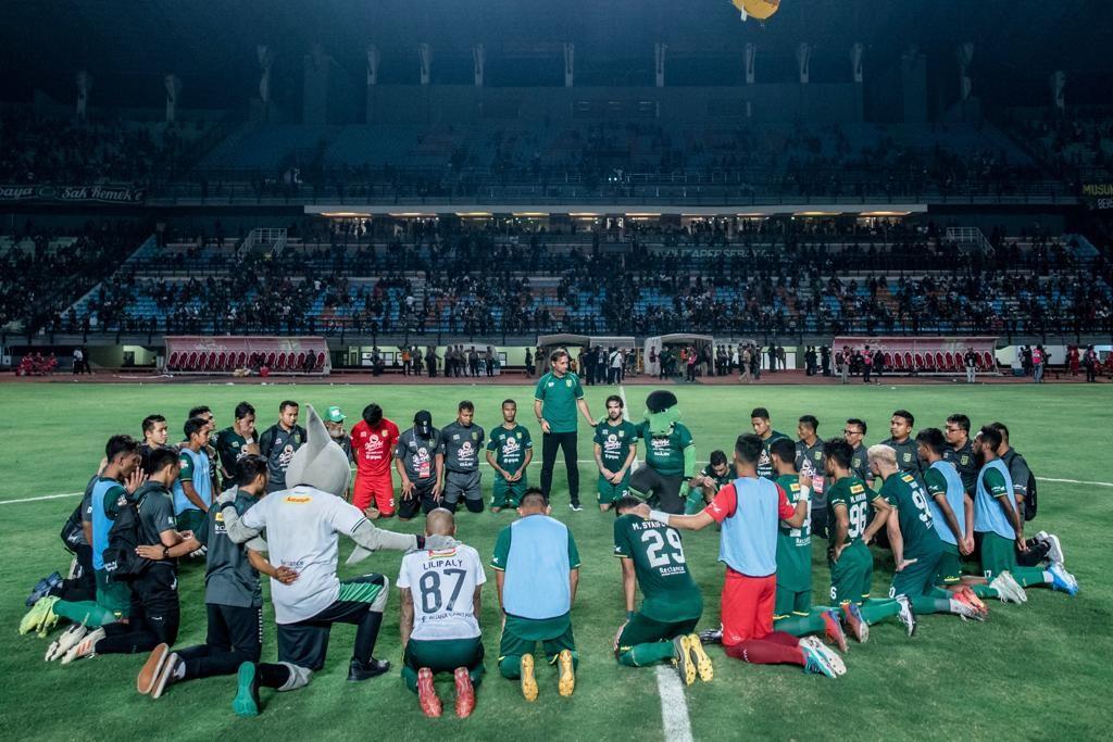 Pemain Persebaya berkumpul ditengah lapangan, usai laga menghadapi Bali United di Stadion Gelora Bung Tomo pada 24 September lalu yang berakhir dengan kedudukan 1-1.
