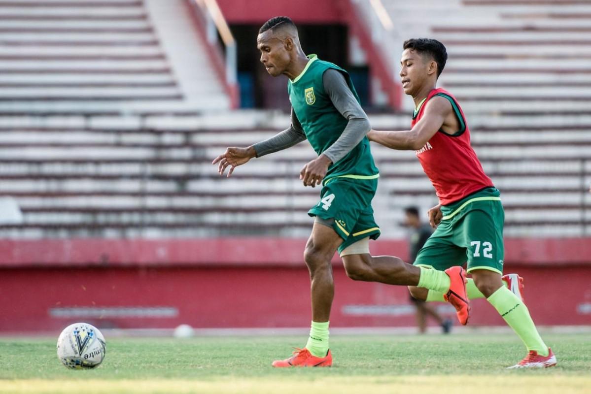 Bek kiri Ruben Karel Sanadi mencoba lepas dari kejaran gelandang Zulfikar Akhmad Medianar Arifin pada sesi latihan Persebaya di Stadion Gelora Delta Sidoarjo sore tadi.