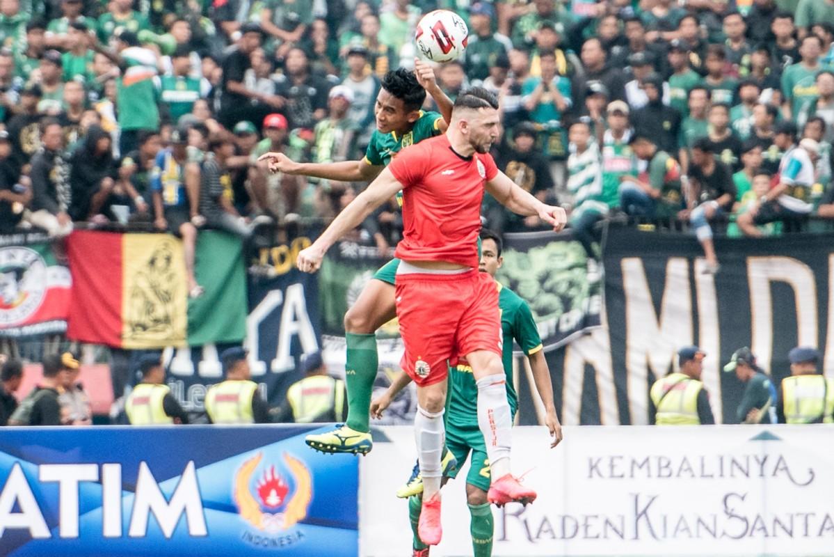 Rizky Ridho berduel dengan Marko Simic dalam laga final Piala Gubernur Jatim 2020 di Stadion Gelora Delta Sidoarjo sore tadi yang berakhir dengan kemenangan untuk Persebaya