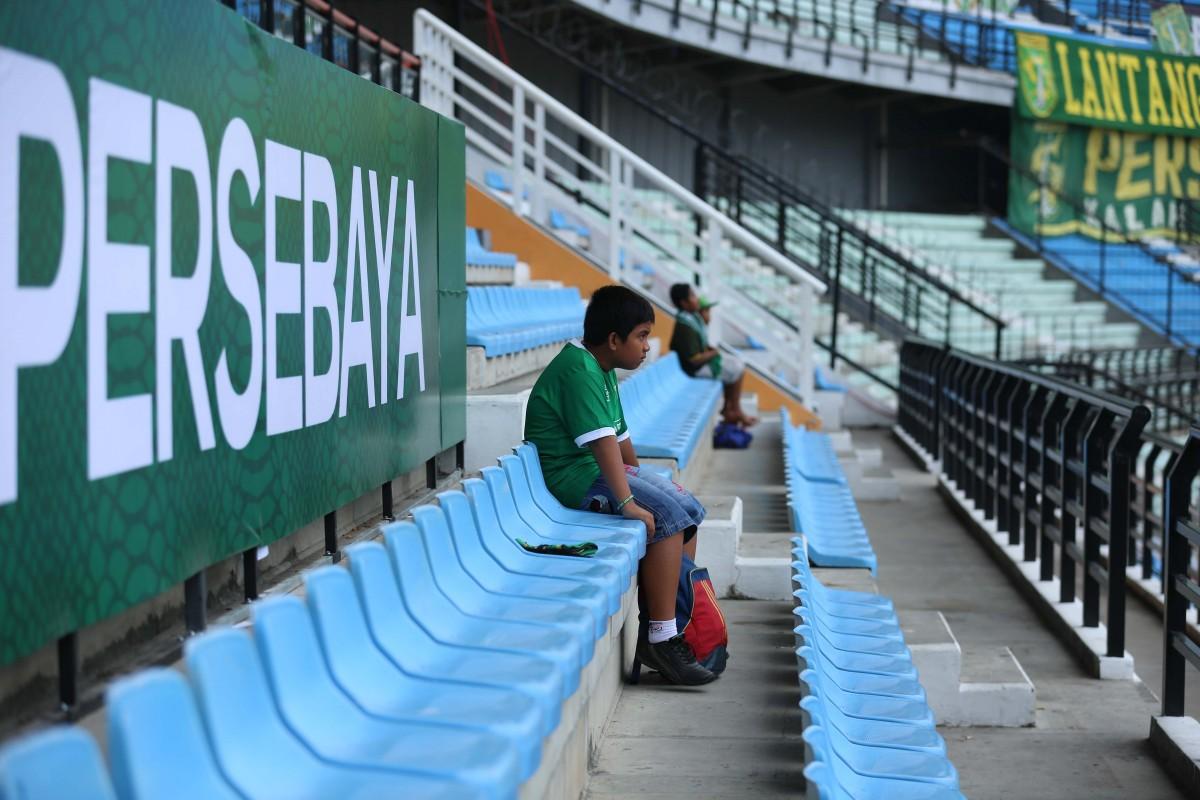 Salah seorang Bonek Cilik tengah menunggu pertandingan dimulai